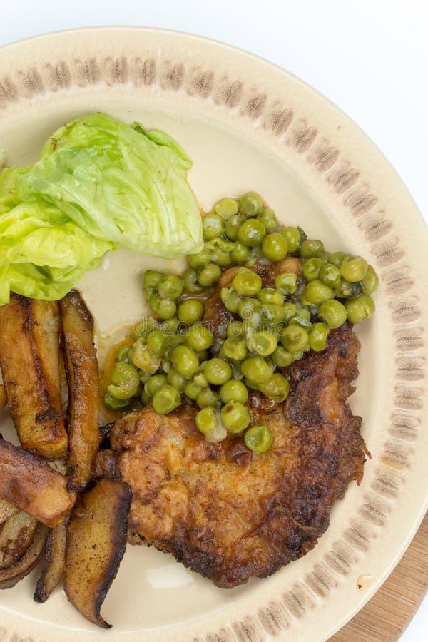 Flache Lage gebratene Kartoffeln der grünen Erbsen des Steaks lizenzfreies stockfoto