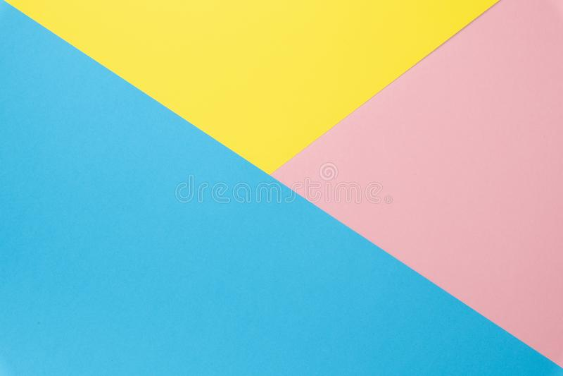 Flache Lage gemacht vom Mehrfarbenpapierhintergrund von den verschiedenen Farben Beschneidungspfad eingeschlossen lizenzfreie stockbilder