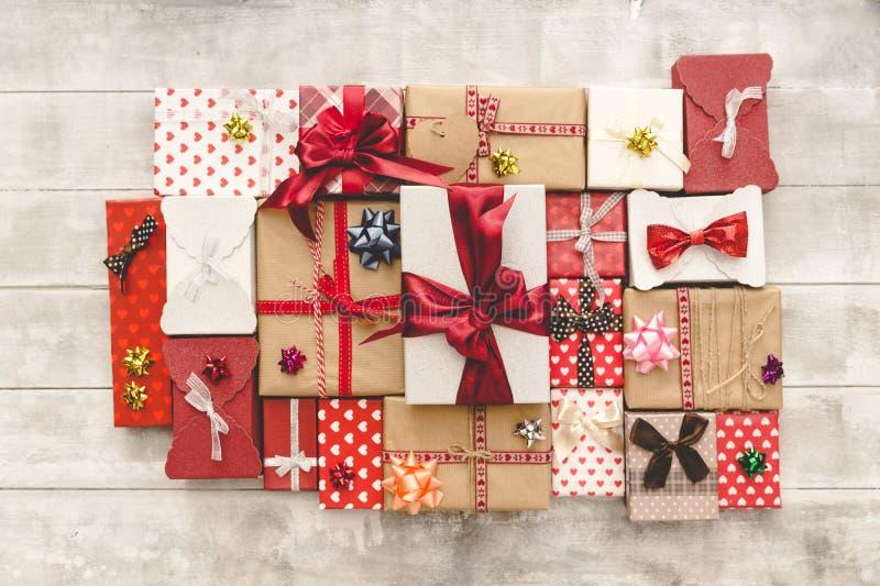 Flache Lage mit Geschenkboxen, Bänder, Dekorationen in den roten Farben Flache Lage, Draufsicht lizenzfreie stockbilder