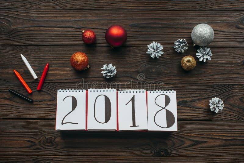 flache Lage mit Kalender 2018, Bleistiften und Weihnachtsspielwaren stockbild