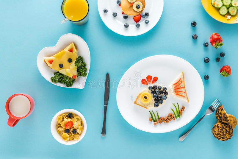 Flache Lage mit kreativ angeredetem Kind-` s Frühstück mit Saft stockbild