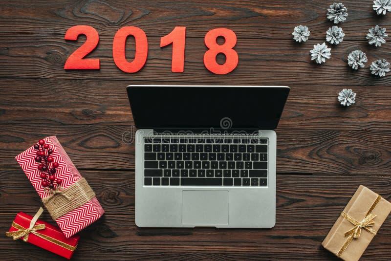 flache Lage mit Laptop, eingewickelten Geschenken und 2018 Zahlen stock abbildung