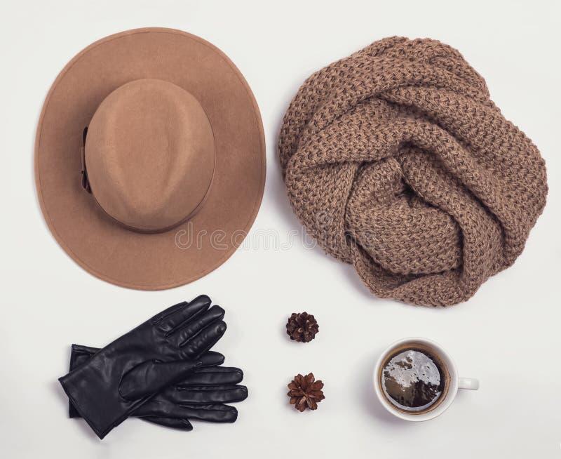 Flache Lage mit stilvollem weiblichem Herbst- oder Winterzubehör stockfotografie
