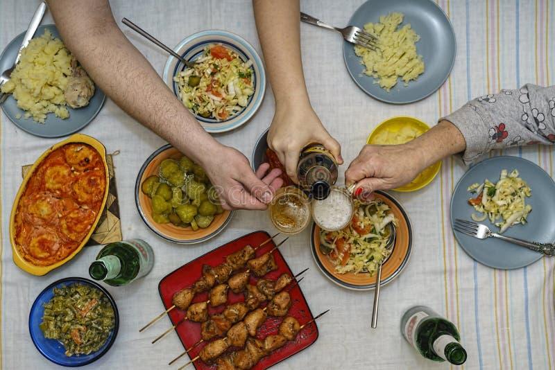 Flache Lage, Speisetisch, Beilage, Kebabs, Steak, Rahmen, Grill, Gesundheit, Grill, Grill, rustikal, gedient, Imbiss, Raum lizenzfreies stockfoto