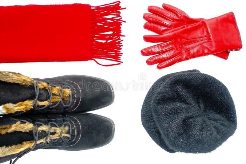 Flache Lage von Frauen-Winter-Stiefeln, Schal, Hut und Lederhandschuhen lizenzfreie stockfotografie