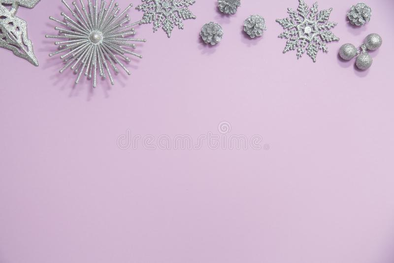 Flache Lage von glittery Verzierungen auf Rosa lizenzfreie stockbilder