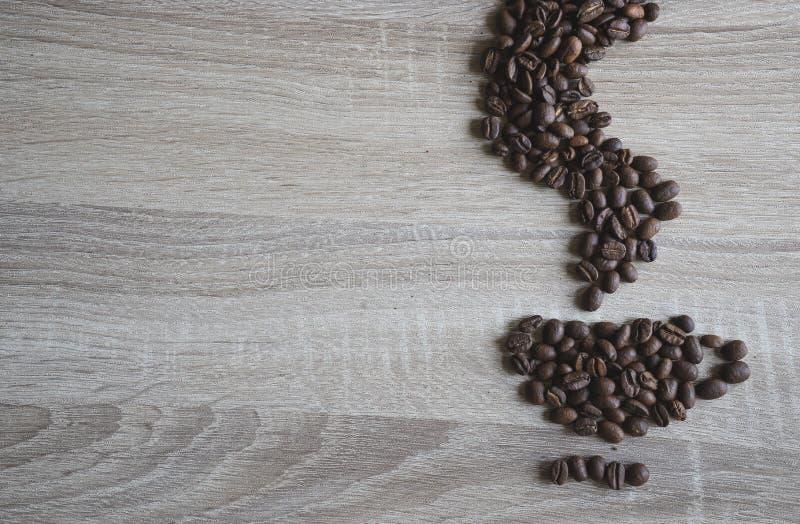 Flache Lage von Kaffeebohnen in der Form der Kaffeetasse und Geruch rauchen lizenzfreies stockfoto