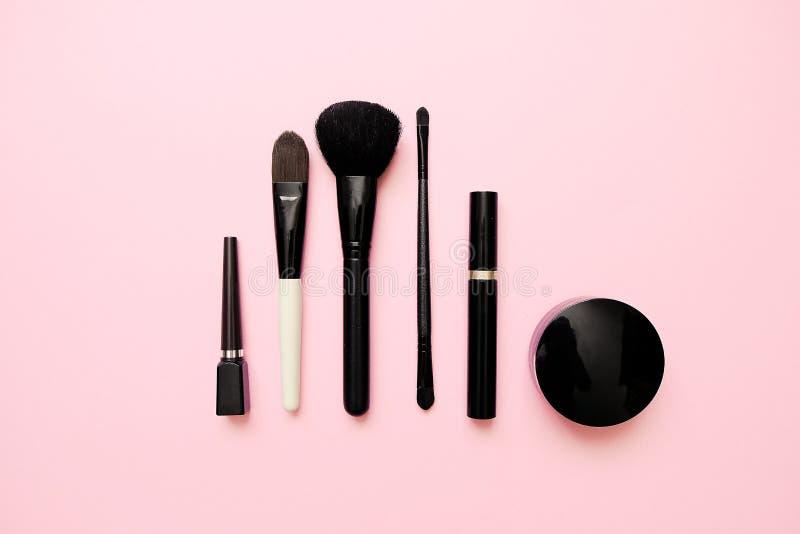Flache Lage von weiblichen Modekosmetischen Produkten auf Pastellfarbhintergrund Sch?nheit und Modekonzept lizenzfreies stockfoto