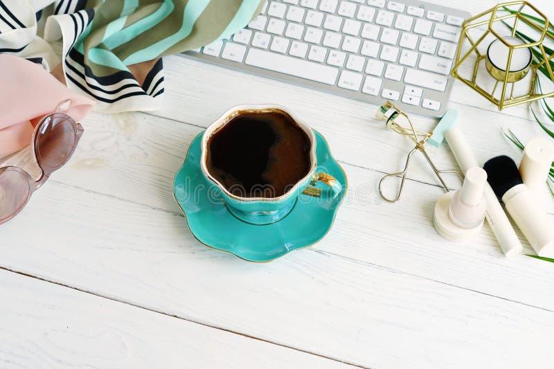 Flache Lage, weiblicher Schreibtisch des Draufsichtbüros, Frau bilden Zubehör, Arbeitsplatz mit Laptop, Tasse Kaffee Schönheitsbl stockfotos