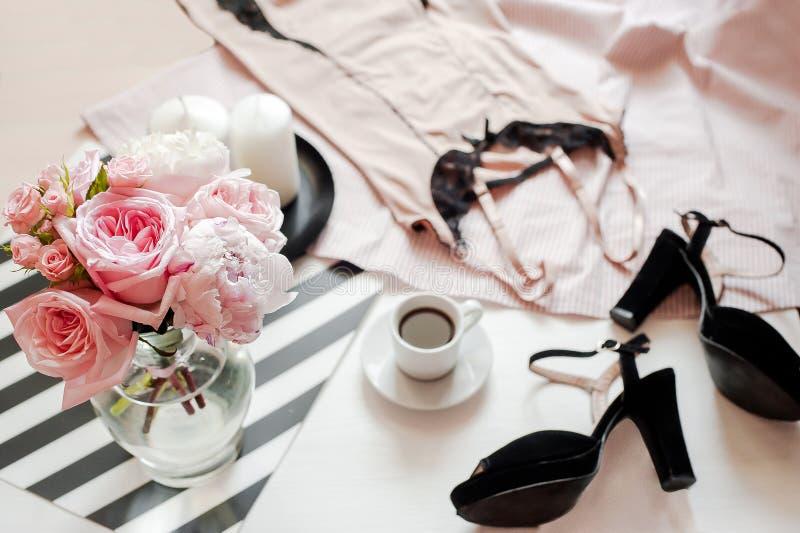 Flache Lage, Zeitschriften, Social Media Draufsichtrosaspitzewäsche Schönheitsblogkonzept Frauenmode-accessoires lizenzfreie stockfotografie