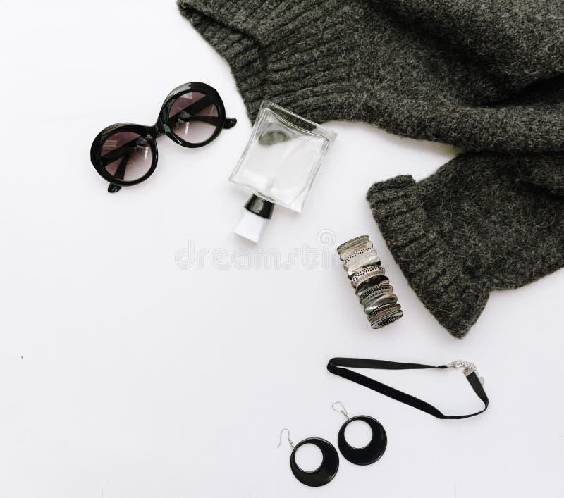 Flache Lagemodezusammensetzung mit warmer Strickjacke, Sonnenbrille und Uhren lizenzfreie stockfotos