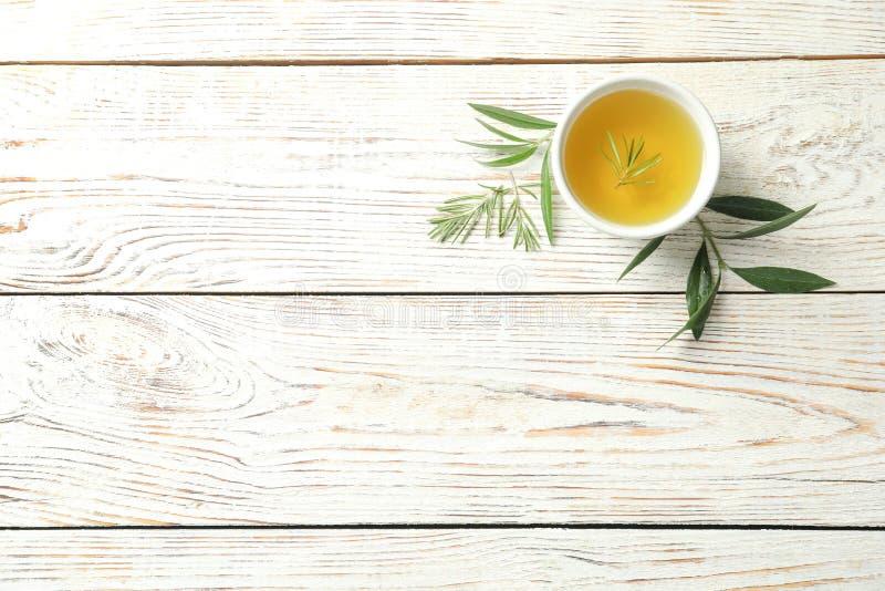 Flache Lagezusammensetzung mit frischem Olivenöl stockfoto