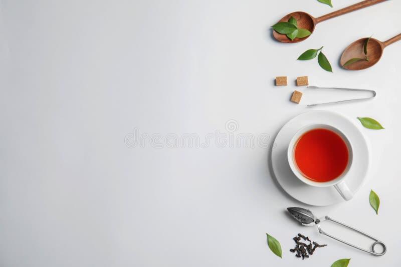 Flache Lagezusammensetzung mit köstlichem Tee stockbild