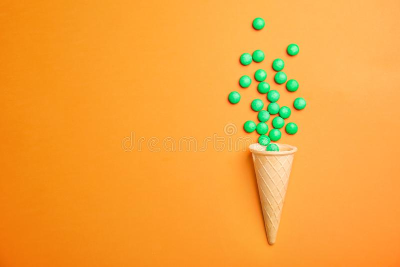 Flache Lagezusammensetzung mit Süßigkeiten und Eistüte auf Farbhintergrund lizenzfreie stockfotografie