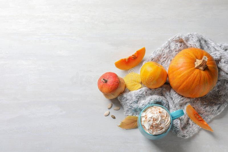 Flache Lagezusammensetzung mit Schale Kürbisgewürz Latte, Herbstdekor und Raum für Text lizenzfreies stockfoto