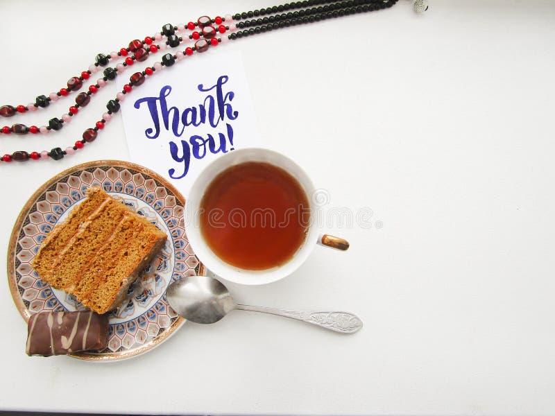 Flache Lagezusammensetzung mit Schale schwarzem Tee, Frieden des Kuchens und Kalligraphiebeschriftung von Thank Sie lizenzfreies stockbild