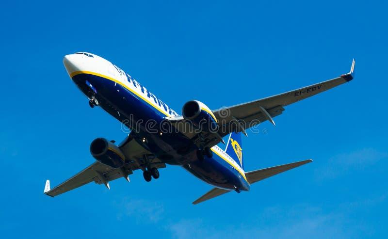 Flache Landung Ryanair-Fluglinien lizenzfreie stockbilder