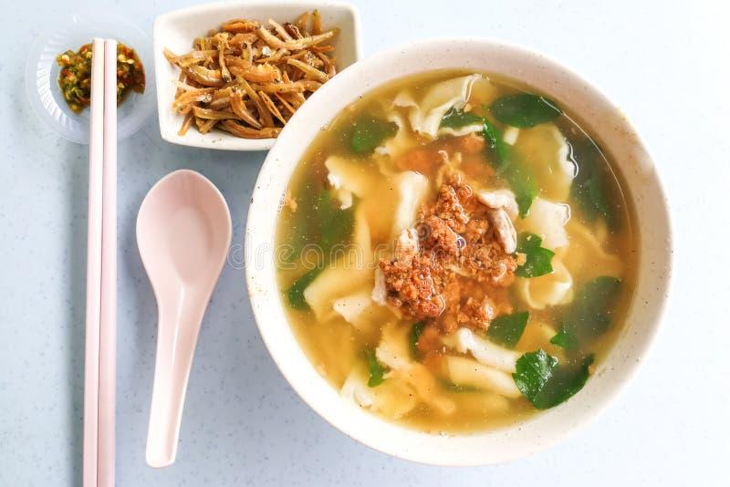 Flache MehlNudelsuppe oder Pan Mee, populäre Malaysia-Küche lizenzfreie stockfotografie