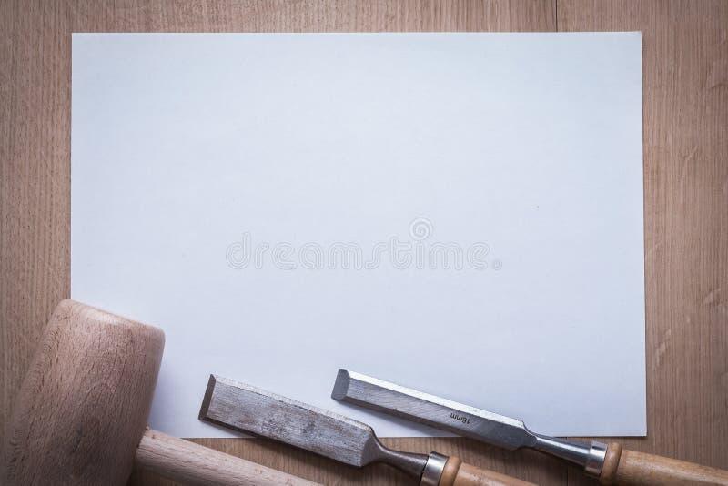 Flache Meißel hölzerner Holzhammer und leeres Blatt vom Papier auf hölzernem Eber lizenzfreies stockfoto