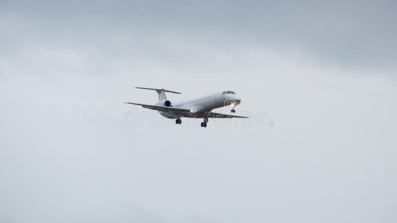Flache nähernde Landung bei schlechtem Wetter lizenzfreie stockfotos