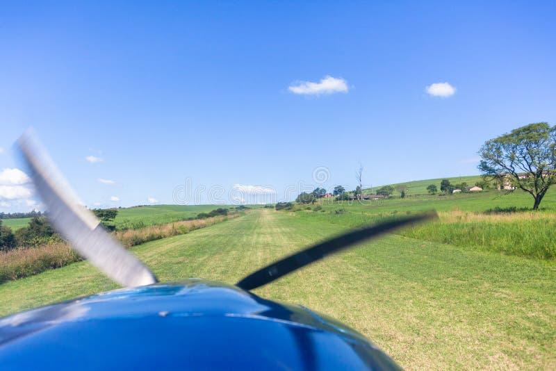 Flache Pilot-View Landing Approach-Bauernhof-Gras-Rollbahn stockfotografie