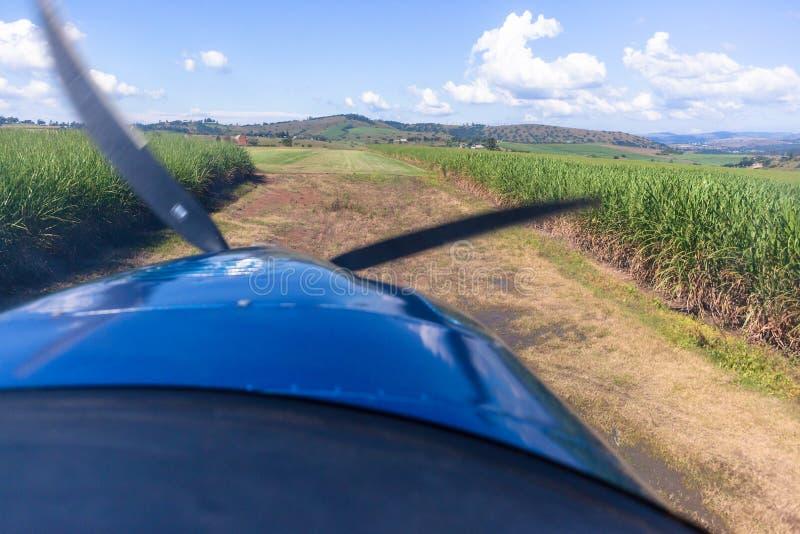 Flache Pilot-View Landing Approach-Gras-Rollbahn lizenzfreie stockbilder