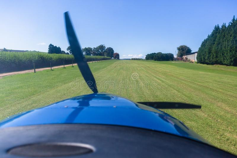 Flache Pilot-View Takeoff Grass-Bauernhof-Rollbahn lizenzfreies stockbild