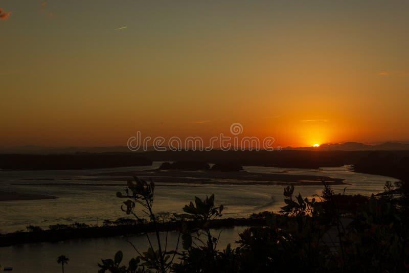 Flache Sandd?nen am Delta von Nambucca-Fluss hereinkommendem Pazifischem Ozean durch breiten sandigen Strand der australischen K? lizenzfreies stockfoto
