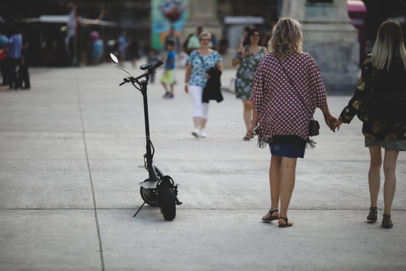 Flache Schärfentiefe Bild mit einem elektrischen Parkroller in im Stadtzentrum gelegenem Bukarest lizenzfreies stockfoto