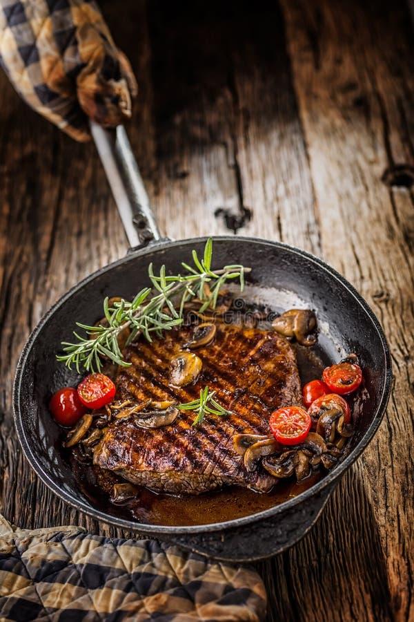Flache Schärfentiefe Grillen Sie Rindfleischbauchlappen mit Rosmarin musrooms und zu stockbilder