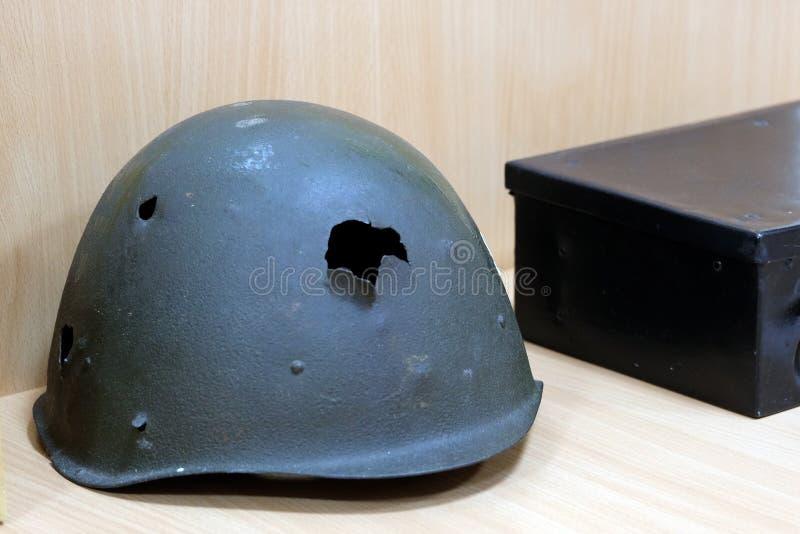 Flache Schärfentiefe Soldat ` s Sturzhelm eines Kriegers der UDSSR mit Einschusslöchern der Zeiten des großen patriotischen Krieg lizenzfreies stockfoto
