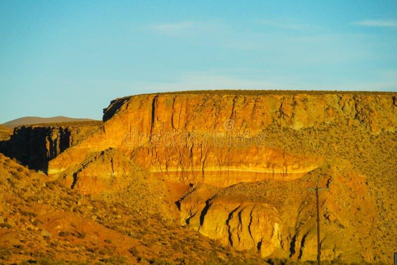 Flacher Berg der Wüste bei Sonnenuntergang lizenzfreies stockfoto