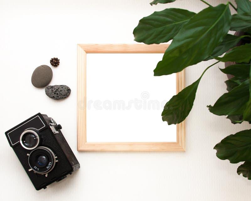Flacher gelegter Spott oben, Draufsicht, Holzrahmen, alte Kamera, Anlage und Steine Innenplan, quadratisches Plakatmodell, hölze lizenzfreie stockbilder