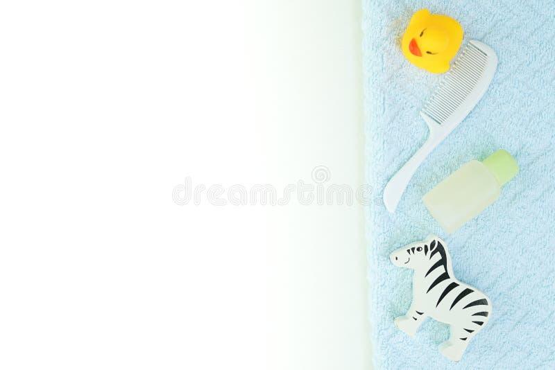 Flacher gelegter weißer Hintergrund des Babybades mit Kopienraum Shampooflasche, Haarbürste, ätherisches Öl, Spielzeugente Modell lizenzfreie stockfotografie