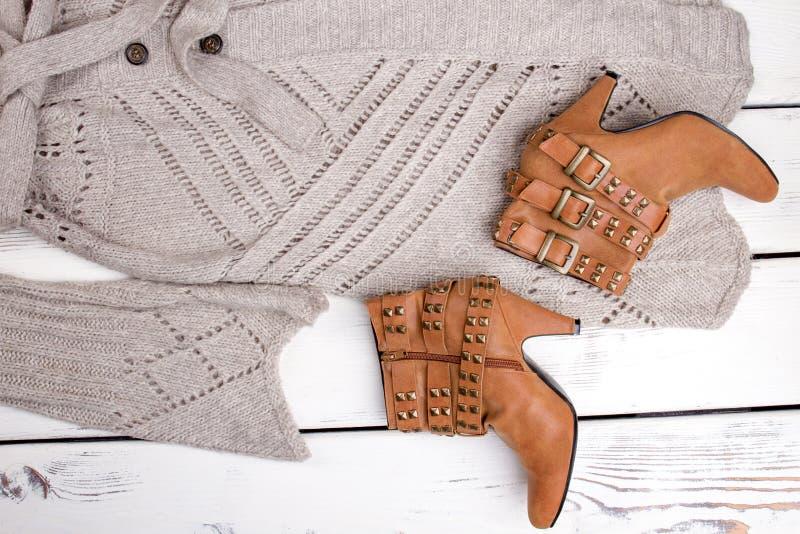 Flacher Lageabschluß herauf braune Fersenstiefel und woolen Mantel lizenzfreies stockbild
