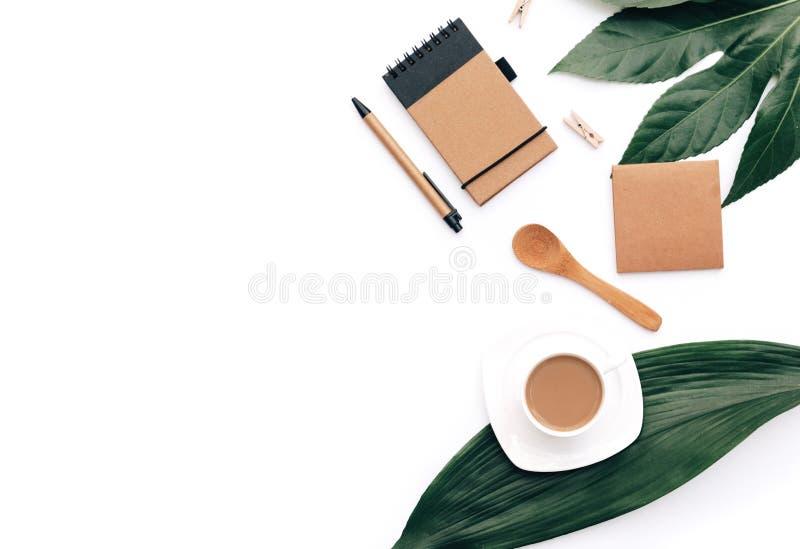 Flacher Lagekaffee mit eco Handwerkseinzelteilen und grünem Blatt Minimales Hippie-Konzept lizenzfreie stockfotografie