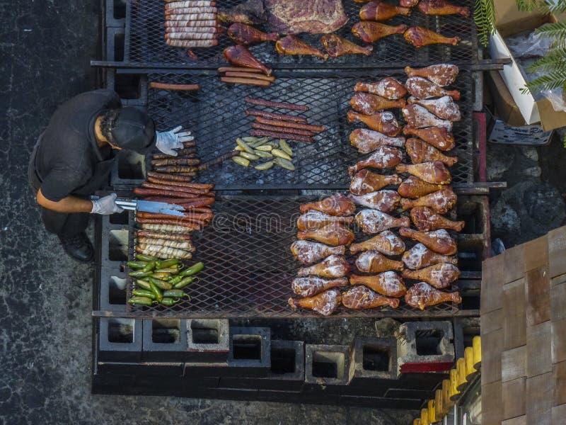 Flacher Lageschuß von über einem Koch an der LA Messe lizenzfreie stockfotos