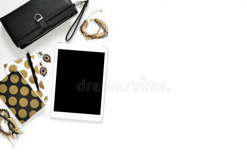 Flacher Schmuck des Lagefotos des weißen Schreibtisches des stilvollen Büros mit Geldbörse, Frauen ` s, Tablette und Goldnotizbuc lizenzfreie stockfotos