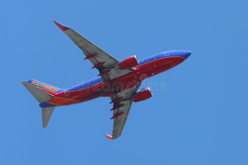 Flacher Start Southwest Airliness Boeing 737 von La Guardia-Flughafen lizenzfreie stockfotos