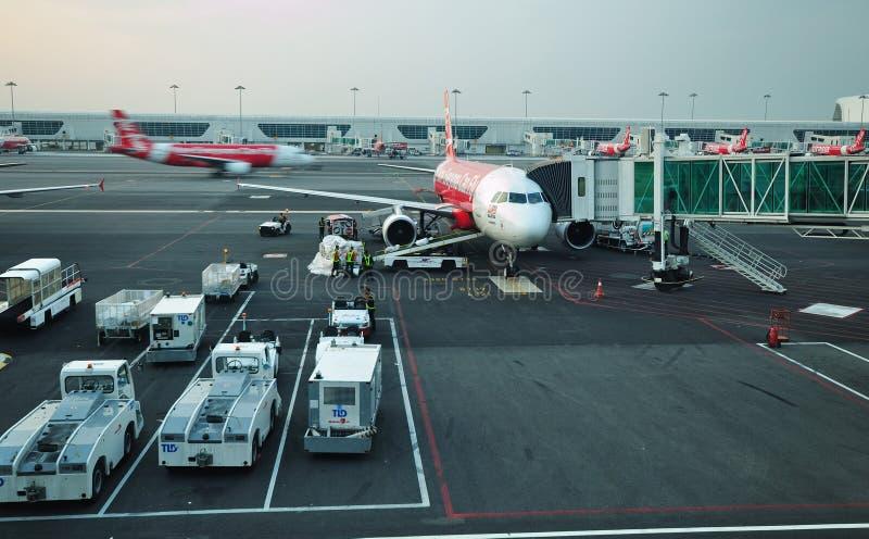 Flaches Air Asia bereiten vor, um sich in KLIA 2, Kuala Lumpur zu entfernen lizenzfreies stockbild
