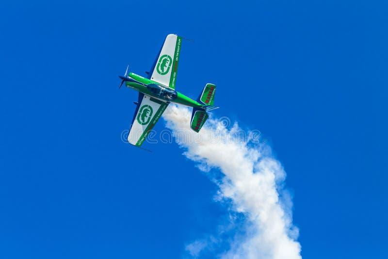 Flaches Akrobatik-Stall-Fliegen lizenzfreies stockbild
