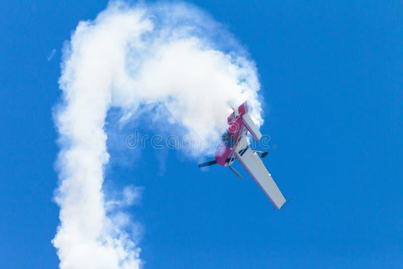 Flaches akrobatisches Rollenfliegen lizenzfreies stockfoto