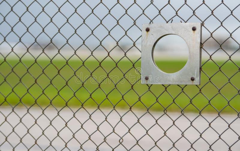 Flaches Aufklärerflughafenzaun-Betrachtungsloch stockfotografie
