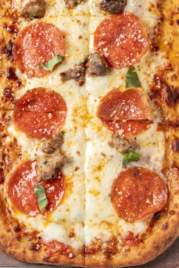 Flaches Brot der Pepperonis und der italienischen Wurst lizenzfreie stockfotografie