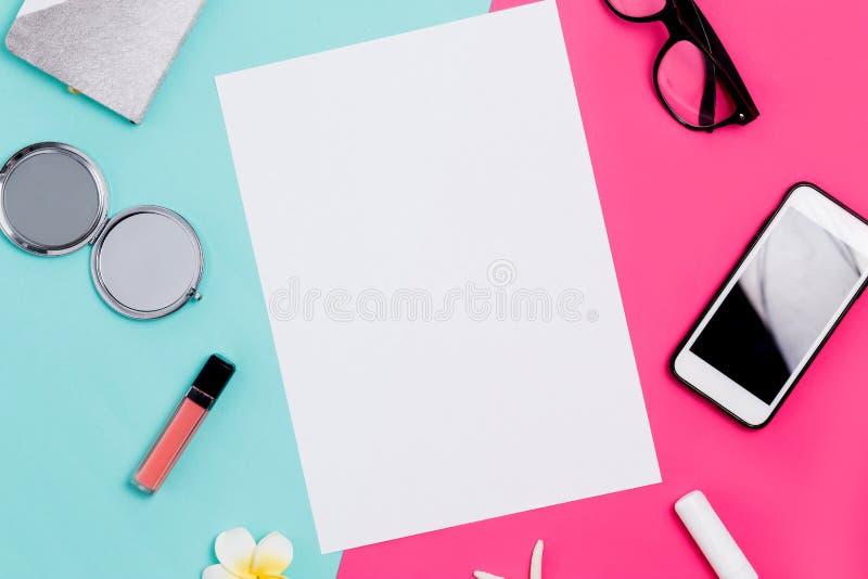 Flaches Draufsichtfoto der Lage Modell auf einem weißen bunten rosa und blauen Hintergrund mit dem Zubehör der Frauen Nettes weib lizenzfreies stockfoto
