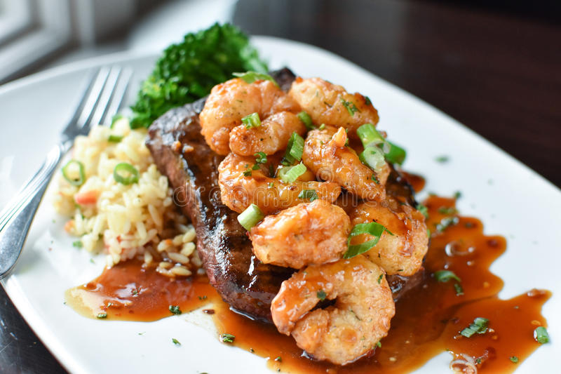 Flaches Eisen-Steak mit Garnele stockbilder