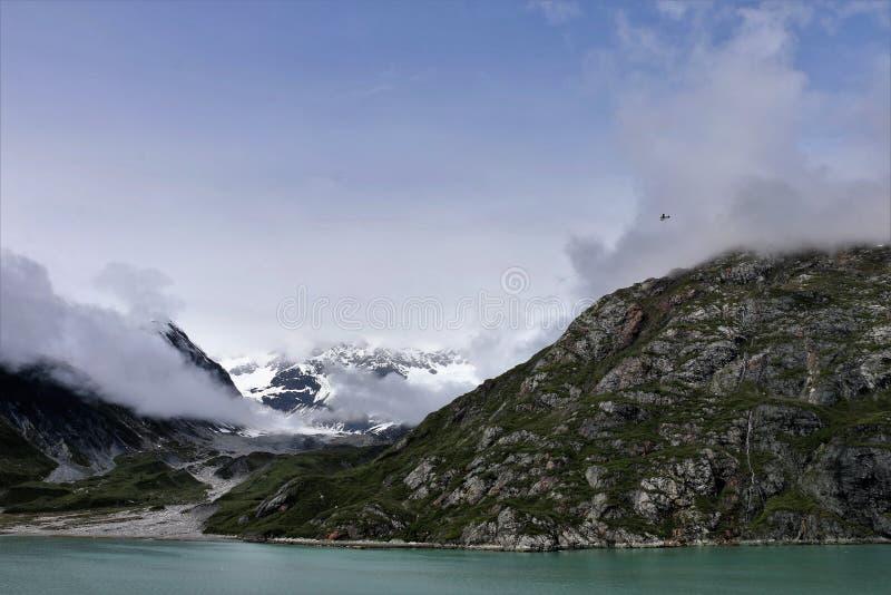 Flaches Fliegen in den Bergen im Glacier Nationalpark Alaska lizenzfreies stockfoto