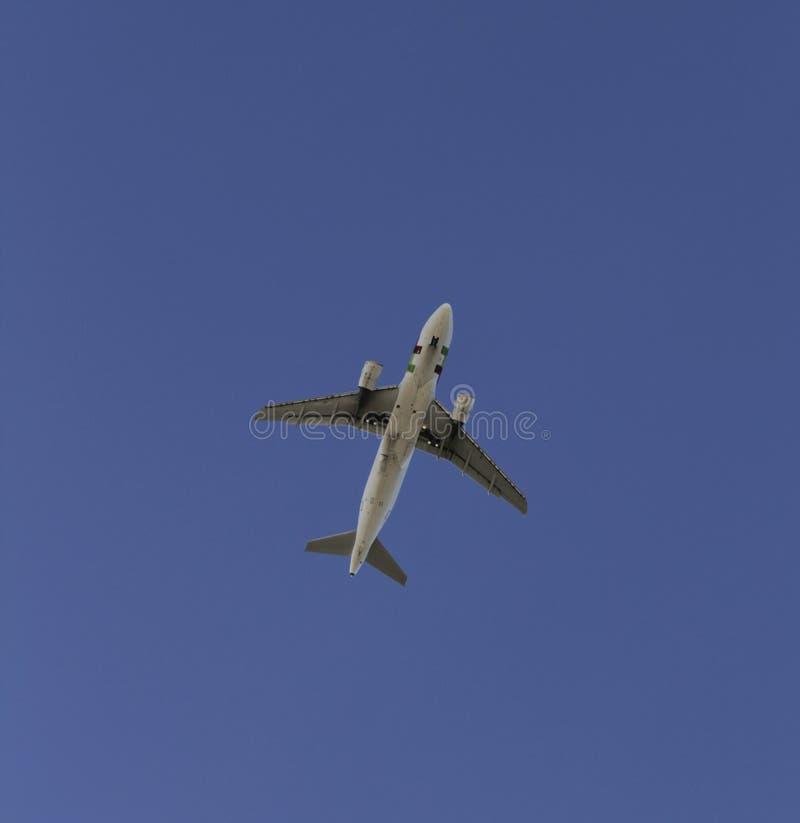Flaches Fliegen mit offenbar Himmel stockfotos
