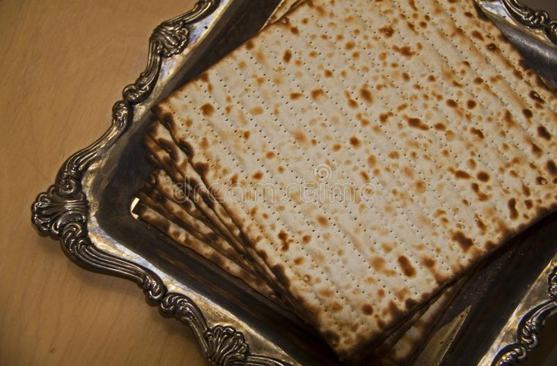 Flaches Lagebild des jüdischen Matzoh auf silberner Platte stockfoto