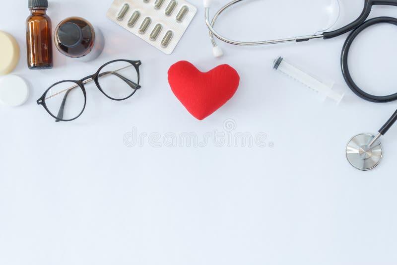 Flaches Lagebild des Konzeptes des medizinischen Hintergrundes der Einzelteilausrüstung lizenzfreie stockfotos